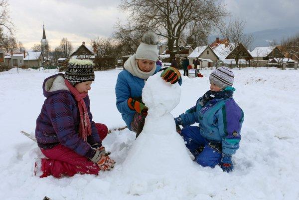 Deti stavali aj klasických snehuliakov.