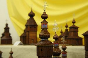 Makety drevených chrámov.