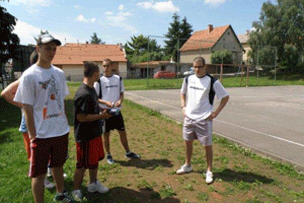 Mladí basketbaloví nadšenci iba postávali pri ihrisku, na ktorom mal byť streetballový turnaj.