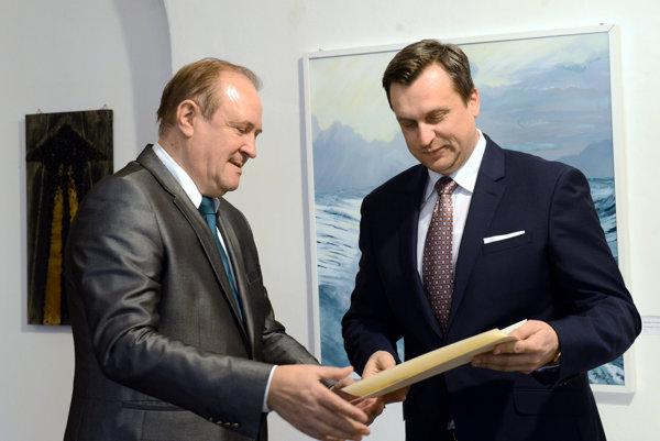 Predseda SNS Andrej Danko sa mal k členstvu v NEF-Hospodárskom klube dostať po tom, čo získal ocenenie Zlatý biatec za rok 2014 . Na snímke mu ho odovzdáva predseda výboru klubu Ján Gabriel.