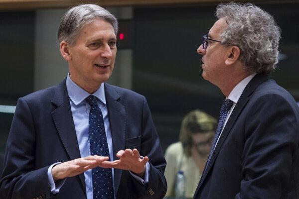 Philip Hammond a Pierre Gramegna na stretnutí v Bruseli.