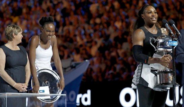 Hana Mandlíková (vľavo) odovzdávala trofej víťazke tohtoročného Australian Open.