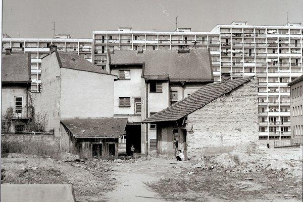 V minulom roku obyvatelia sídliska Stred spomínali na to, ako sa na ňom žilo počas výstavby. Fotografia zachytáva toto obdobie. Staré mizlo, stavalo sa nové.