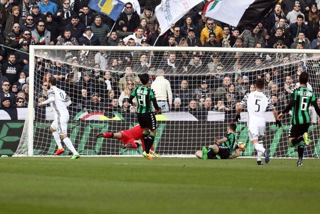 Gonzalo Higuaín (vľavo) strieľa jeden z gólov Juventusu do siete Sassuola.