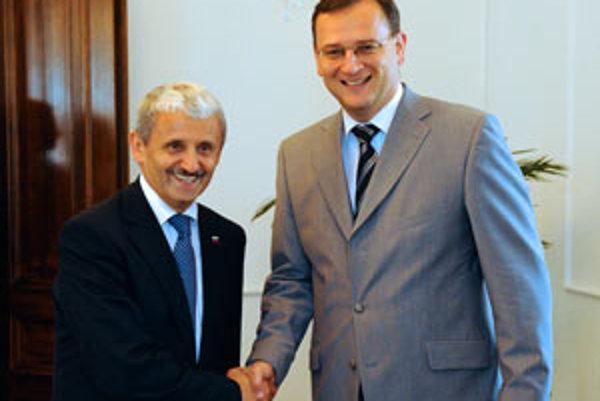 Do Čiech už stihol zájsť nový slovenský minister zahraničia Mikuláš Dzurinda. Stretol sa aj s Petrom Nečasom.