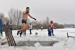 Na snímke otužilec skáče do vodnej nádrže Sĺňava.