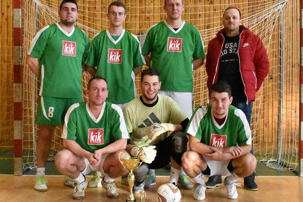 Bara Bara – najlepšie mužstvo práve skončeného ročníka. Vpravo dole je kanonier Ján Hutaj.