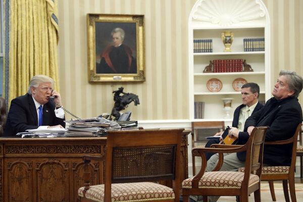 Trump (vľavo) počas telefonátu s nemeckou kancelárkou Angelou Merkeovou.