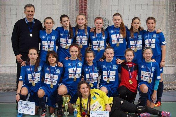 Víťazné družstvo žiačok FC Union Nové Zámky po kvalifikačnom turnaji vPúchove.