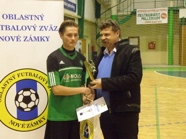 Najlepší strelec turnaja Sebastián Nagy v spoločnosti zástupcu ObFZ Nové Zámky Ľuboša Marciho