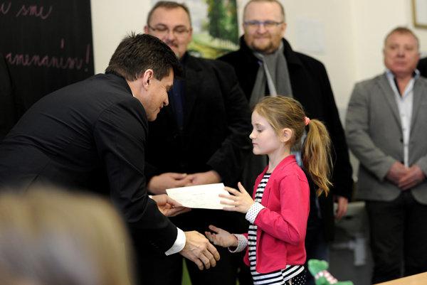 Minister školstva Peter Plavčan odovzdával vysvedčenia deťom v Bánovciach.