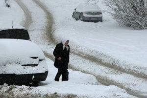 Sneženie komplikuje dopravu.
