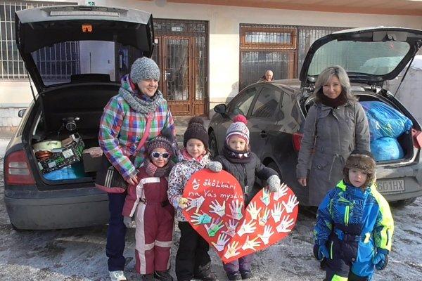 Deti doviezli potraviny. Bezdomovcov zvlášť vtýchto mrazivých dňoch potešili.