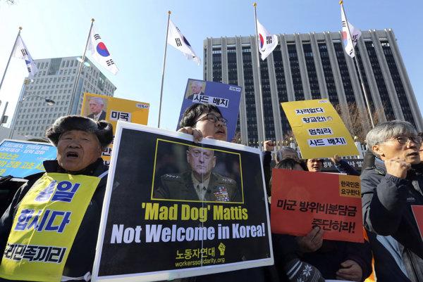 Juhokórejčania protestujú proti návšteve Jamesa Mattisa.