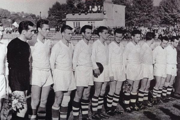 Mužstvo AC Nitra zo začiatku 60. rokov. Vtedy sa hrala v Nitre československá liga. Zľava kapitán Putera, brankár Kubačka a vedľa neho Jozef Fojtík. Celkom vpravo stojí predseda klubu Krupa.