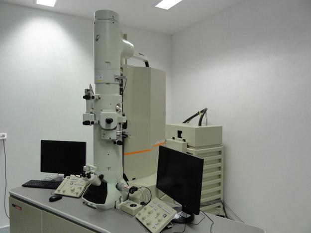 Transmisívny elektrónový mikroskop má hodnotu niekoľko stoviek tisíc eur.