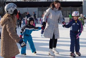 Počas tejto zimu fungujú klziská v mnohých obciach a mestách.