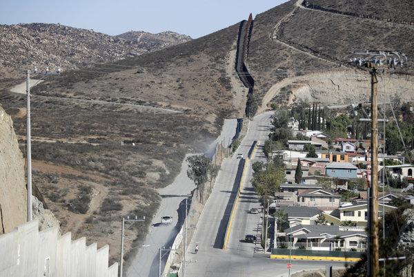 Výstavbu pohraničnej bariéry inicioval aj vtedajší prezident Bush.