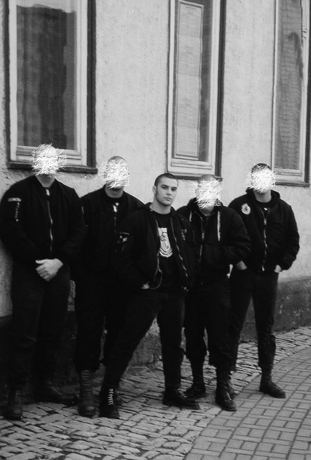 Christian Picciolini s nacistickými skinhedmi.