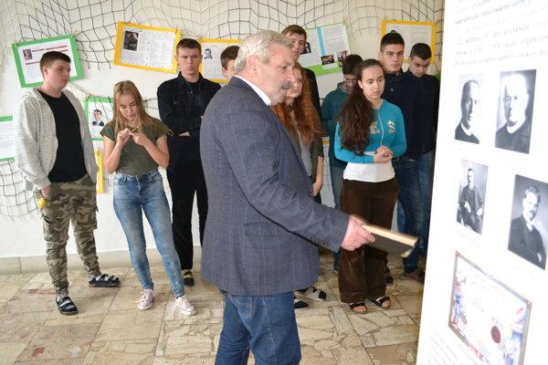 Výstava vpriestoroch humenského gymnázia. Žiakom ju priblížil Ferdinand Vrábel zÚstavu politických vied SAV.