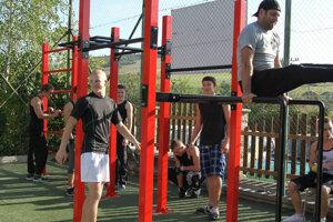 Žiaci majú k dispozícii workoutové ihrisko.