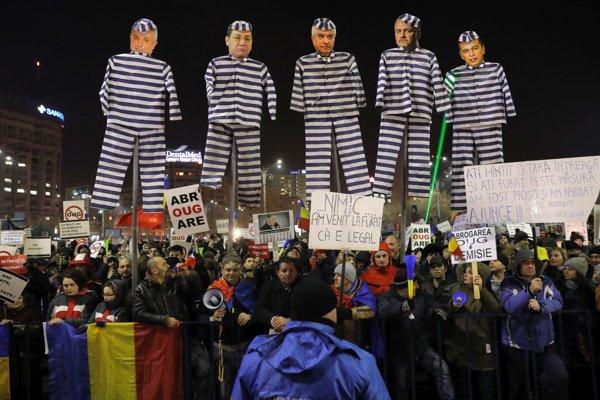 Protestujúci Rumuni držia figuríny s podobizňami napríklad expremiéra Victora Pontu, Livia Dragneu, či súčasného premiéra Sorina Grindeana.