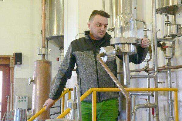 Martin Ďurík pri kontrole technológie vpálenici.