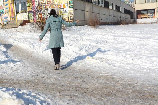 Chodník na Starozagorskej. Chodcov na KVP aj túto zimu strašia zasnežené a zľadovatené chodníky.