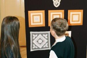 Práce Boženy Tomanovej na výstave obdivujú veľkí aj malí.