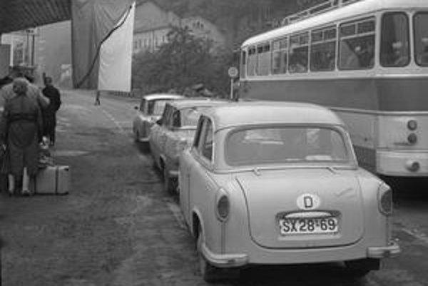 Na hraniciach sa krátko po invázii spojeneckých vojsk v auguste 1968 vytvorili dlhé rady. Tisíce občanov Československa opustili svoju krajinu.