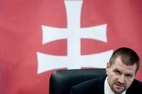 Minister výstavby Igor Štefanov z SNS vyberal víťaza nástenkového tendra, otázky o ňom sa mu teraz nepozdávajú.