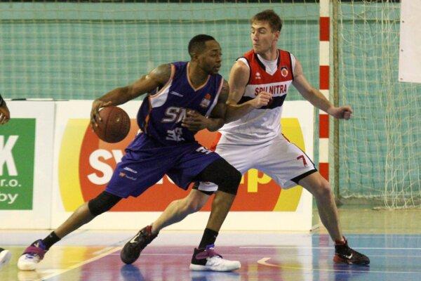 S loptou Phil Henry zo Spišskej Novej Vsi, bráni ho Jakub Kaša, nový hráč Nitry.