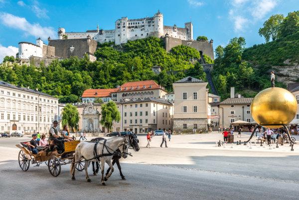Kapitulské námestie a pevnosť Hohensalzburg