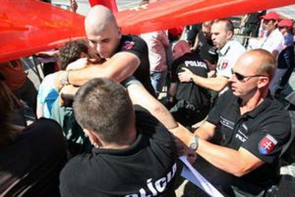Polícia zadržiava aktivistov.