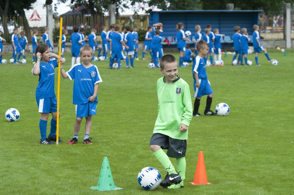 Futbal hrá na svete súťažne 265 miliónov chlapcov i dievčat.