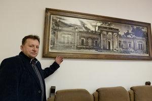 Starosta obce Miroslav Líška s fotkou kaštieľa Forgáchovcov.