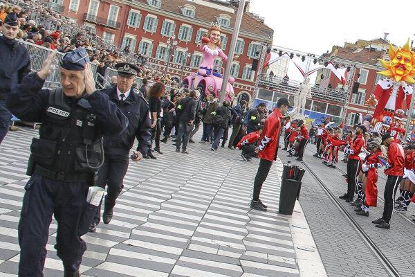 Na sprievodoch hliadkujú aj policajti.