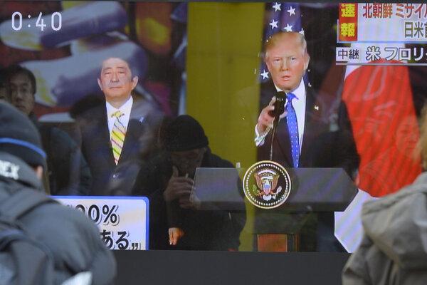 Trump strávil vílend s japonským premiérom Šinzóom Abem (vľavo).