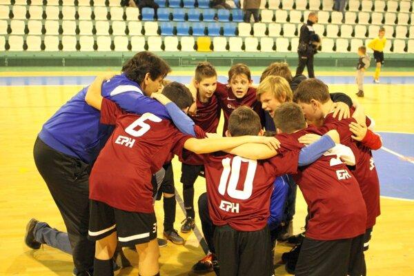 Zlatá radosť mladších žiakov Výčap-Opatoviec. Niektorí chlapci si zopakovali triumf z turnaja prípraviek.