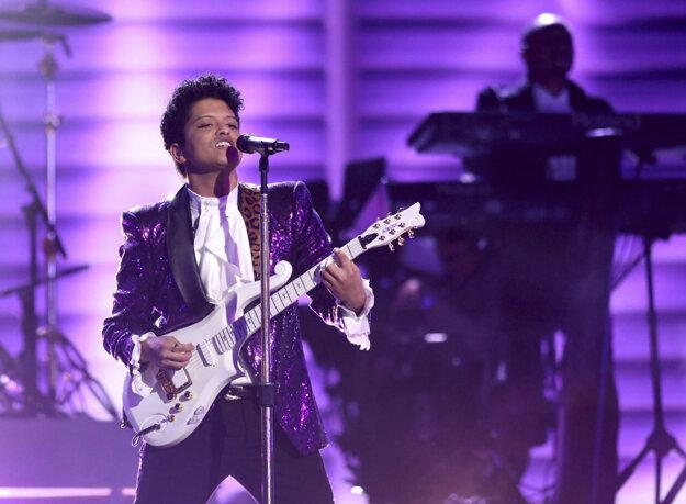 Bruno Mars na odovzdávaní Grammy vzdáva poctu zosnulému Princovi.