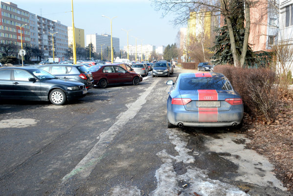 Medzi pumpou a Laboreckou. Vtejto časti Triedy SNP parkujú mimo cesty vodiči aj rovno pred vchodom bloku.