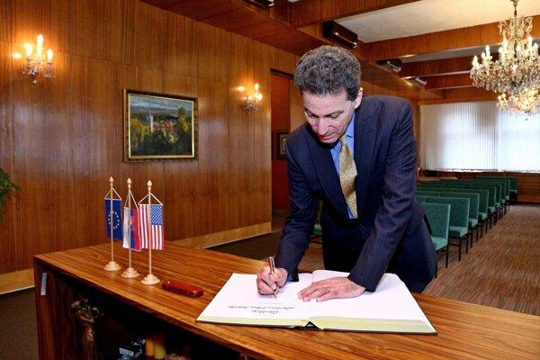 Veľvyslanec sa zapísal do pamätnej knihy.
