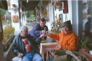 Miroslav Pius (vľavo) spriateľmi na chalupe.