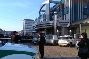 Žiarsku VÚB banku evakuovali a ohraničili páskou.