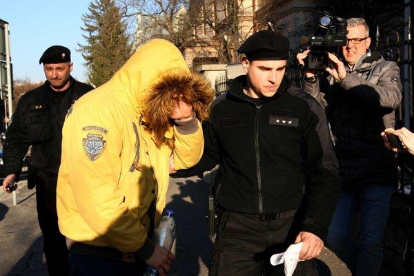 Obvinený si pri príchode na súd zakrýval tvár vetrovkou.