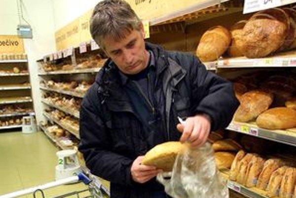 Zákazníci si aj naďalej budú brať nebalený chlieb z pultov sami.