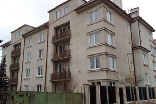 V  bytovom dome na Tichej  je 24 bytov, z toho 14 jednoizbových, štyri dvojizbové, päť trojizbových a jeden štvorizbový. Postavili ho v tridsiatych rokoch minulého storočia pre štátnych úradníkov. Ivette Macejkovej sa tam nepáči.