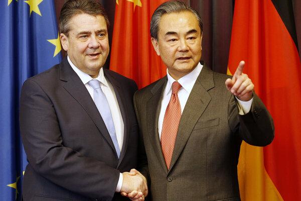 Čínsky minister zahraničných vecí Wang I (vpravo) a jeho nemecký rezortný kolega Sigmar Gabriel pred začiatkom zasadnutia ministrov zahraničných vecí krajín G20 v Bonne.