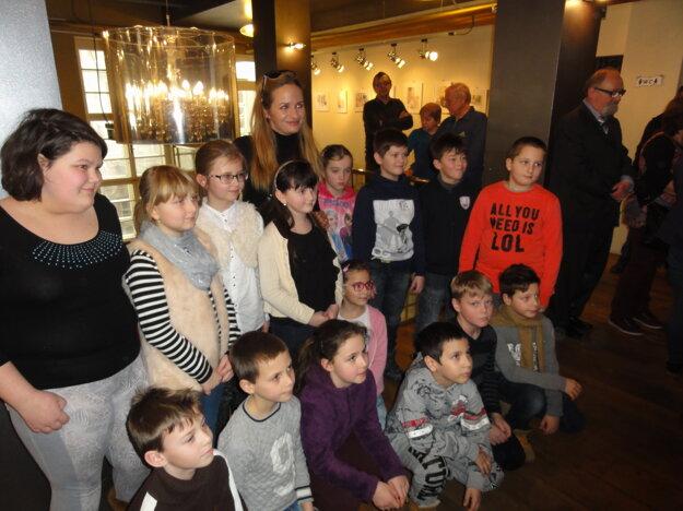 Herečka Zuzana Šebová pózuje s deťmi.