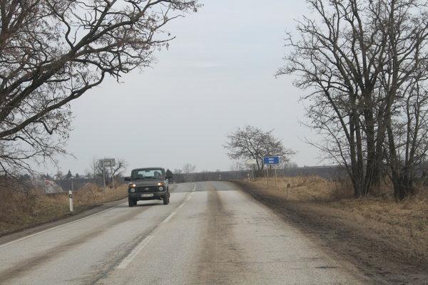 Rozbitá krajská cesta medzi Nitrou a Šaľou je jedná z tých, ktorý sa dočká nákladnej opravy z eurofondov. Celkovo sa tu preinvestuje 4 400 000 eur, kraj sa na tom bude podieľať sumou 219 000 eur.